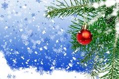 Abete con la palla su un fondo blu con i fiocchi di neve Immagini Stock Libere da Diritti