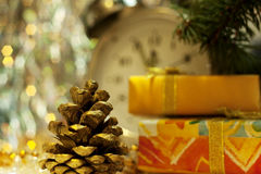 Abete-cono dell'oro e nuovi anni di contenitore di regalo Fotografia Stock
