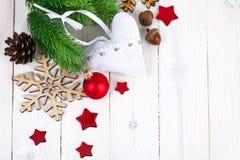 Abete di Natale con le palle e fiocco di neve sul bordo di legno Fotografia Stock