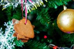 Abete di Natale con una palla, i biscotti ed i fiocchi di neve fotografia stock