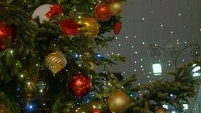 Abete di Natale decorato con la palla del ` s del nuovo anno archivi video