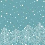 Abeti bianchi di scarabocchio disegnato a mano in Forest Snowfall Baby Blue Background Estratto Cartolina d'auguri di Natale del  illustrazione di stock