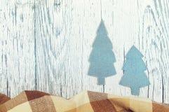 Abeti di Natale da carta Gioielli di Natale di carta su una superficie di legno bianca strutturale Immagini Stock Libere da Diritti
