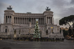 Abeto adornado con la decoración de la Navidad en Roma, Italia Imágenes de archivo libres de regalías