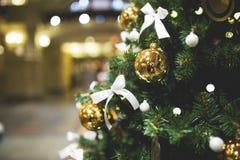 Abeto adornado de la Navidad en tienda Foto de archivo