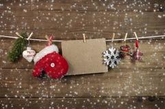 Abeto com Feliz Natal da neve e dos flocos de neve foto de stock royalty free
