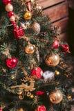 Abeto con rojo y juguetes del árbol de navidad del oro Imágenes de archivo libres de regalías