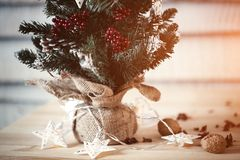 Abeto de la Navidad en fondo de madera con la luz en la forma de la estrella para el diseño de una postal del Año Nuevo Espacio d Fotos de archivo libres de regalías