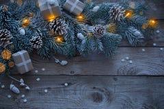 Abeto de la Navidad en fondo de madera oscuro foto de archivo libre de regalías