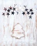 Abeto de la Navidad hecho de corteza de abedul con las estrellas Imagenes de archivo