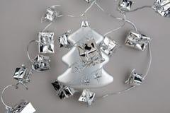 Abeto de prata da decoração do Natal com festão Imagens de Stock