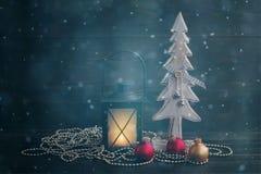 Abeto del Año Nuevo, lámpara de la Navidad y esferas decorativos de madera del vidrio en un fondo de madera Imágenes de archivo libres de regalías