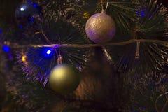 Abeto del día de fiesta con las bolas y las guirnaldas de la Navidad Imagenes de archivo