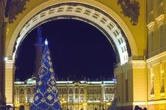 Abeto del ` s del Año Nuevo en guirnaldas de fuegos en el cuadrado del palacio, St Petersburg, Rusia Fotografía de archivo