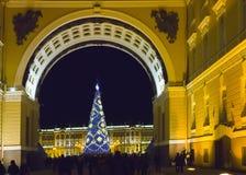 Abeto del ` s del Año Nuevo en guirnaldas de fuegos en el cuadrado del palacio, St Petersburg, Rusia Foto de archivo libre de regalías