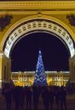 Abeto del ` s del Año Nuevo en guirnaldas de fuegos en el cuadrado del palacio, St Petersburg, Rusia Imagenes de archivo