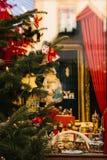 Abeto do Natal decorado com os brinquedos no primeiro plano Foco seletivo Decorações do fundo do Natal celebration imagem de stock