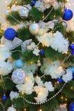 Abeto do Natal e presentes do Natal tomados perto acima em um abeto verde foto de stock