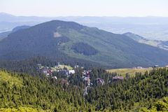 Abeto e casas verdes da vila na perspectiva das montanhas Carpathian no verão, Ucrânia Imagens de Stock