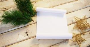 Abeto, estrella y documento de la Navidad sobre tablón de madera almacen de video