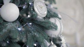Abeto hermoso con las decoraciones de la Navidad almacen de video