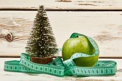 Abeto, maçã e fita de medição Foto de Stock