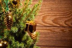 Abeto vermelho com decoração dourada Imagens de Stock Royalty Free