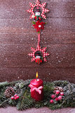 Abeto vermelho com uma vela, neve de queda da decoração do Natal Imagem de Stock Royalty Free