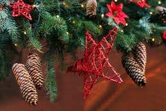 Abeto vermelho da decoração do Natal Foco seletivo Conceito do feriado imagens de stock