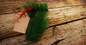 Abeto y etiqueta de la Navidad en tablón de madera metrajes