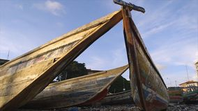Abfälle von weggeworfenen alten Fischereikanus, Conakry stock video footage