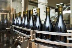 Abfüllende und versiegelnde Fördererlinie an der Weinkellerei Stockfoto