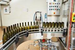 Abfüllende und versiegelnde Fördererlinie an der Weinkellerei Stockbild
