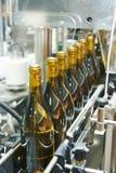 Abfüllender und versiegelnder Förderer zeichnen an der Weinkellereifabrik Lizenzfreie Stockbilder