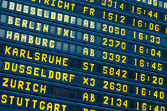 Abfahrt - Ankunftsinformations-Flugbrett Stockfotos