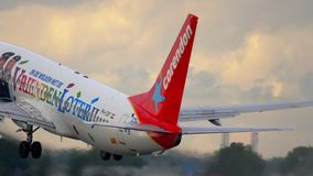 Abfahrt Corendon Boeing 737 stock video footage