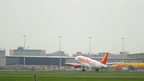 Abfahrt EasyJets Airbus A319 stock footage