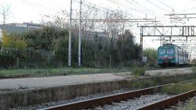 Abfahrt eines Personenzugs stock video
