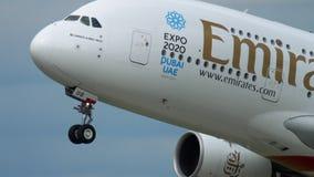 Abfahrt Emirat-Airbusses 380 stock video footage