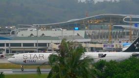 Abfahrt Flugzeug-Airbusses 330 stock video footage