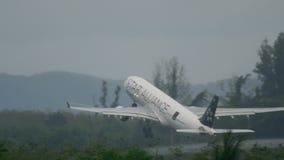 Abfahrt Flugzeug-Airbusses 330 stock footage