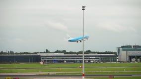 Abfahrt KLMs Boeing 737 stock video footage