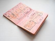 Abfahrt- und Ankunftsimmigrationsstempel im russischen Pass stempelten auf Grenzüberschreitung lizenzfreie stockfotografie