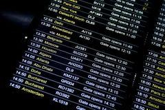 Abfahrtflug-Informationszeitplan im internationalen Flughafen Stockbild