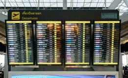 Abfahrtinformationsmonitor an Suvanaphumi-Flughafen Stockbild