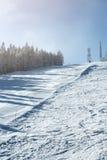 Abfahrtskilauf, gehender schneller Abstieg der Berg, Wintersport Stockfotos