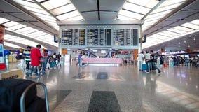 Abfahrtstafel in Changi-Flughafen Singapur stock video footage