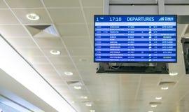 Abfahrtstafel an Prag-Flughafen, der auf der ganzen Welt Flüge zu anderen Ländern zeigt stockbild