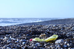Abfall auf Brighton-Strand lizenzfreies stockbild