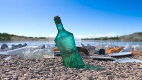 Abfall auf dem ökologischen Konzept des Seestrandes Stockbilder
